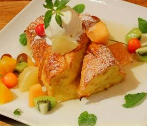 ハチミツフルーツとフランスパンのふわふわフレンチトースト