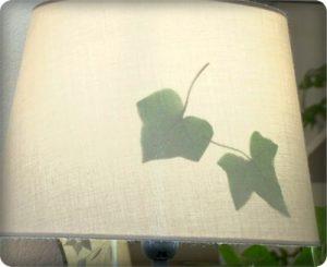 ランプシェードに葉陰